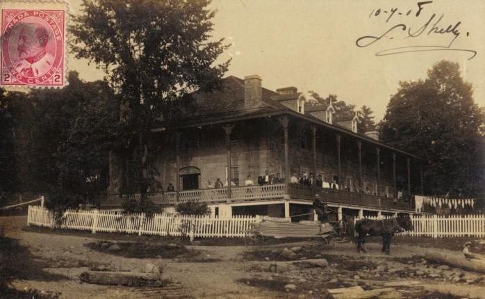 Hôtel Sovereign, Carillon. Ancienne carte postale photographique, postée en 1908. (Collection privée) / Sovereign Hotel, Carillon. Early photographic postcard, mailed in 1908. (Private collection)