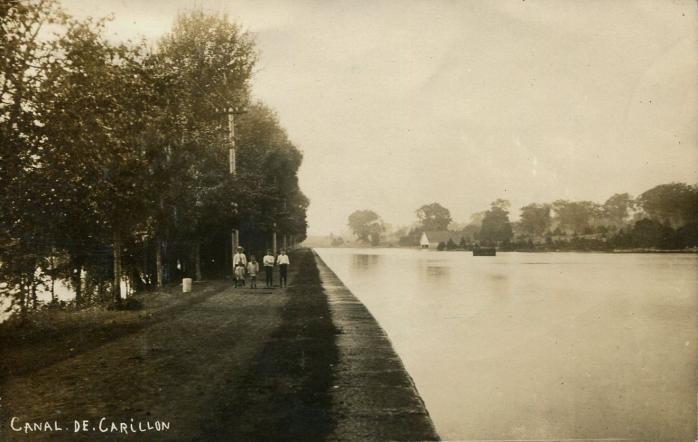 Canal de Carillon, vers 1910. Ancienne carte postale photographique. (Collection privée) / Carillon Canal, c.1910. Early photographic postcard. (Private collection)