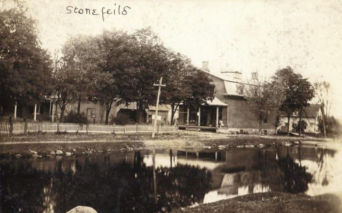 Stonefield et Rivière des Outaouais, vers 1920. Ancienne carte postale photographique. / Stonefield and Ottawa River, c.1920. Early photographic postcard.