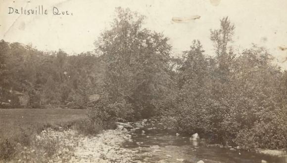 Sur la rivière, vers 1920 / Along the river c.1920.