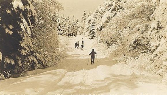 "Le ski / Skiing, ""Alpine Inn"""
